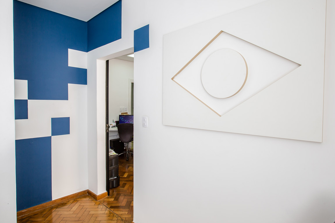 Paredes com pintura decorativa: 'pixels' + releitura do estilo geométrico art deco