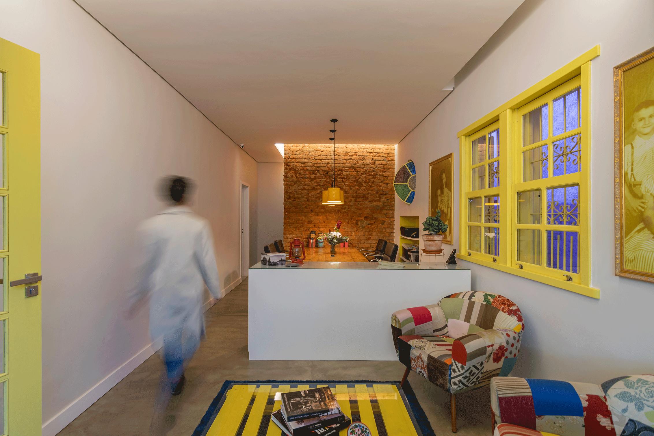 Portas e janelas pintadas em amarelo deixam o interior mais descontraído.