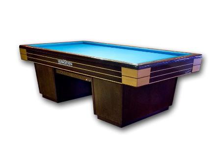 Paramount.   Met banden in verstek volledig massief, dubbel zijdelings geschroefd. Lei ééndelig op de tafel van 2.10 m en 2.30 m, driedelig op de tafels van 2.10 m, 2.30 m en 2.84 m. Het frame is volledig van massief hout, net als het onderstel, dat met pennen en gaten verlijmd is. Verwarming met elektronische digitale thermostaat.      Voor de 'final finishing touch' van de banden zorgt de houtsoort wengé. Afmetingen:6 regelpoten: 2.10 m x 1.05 m en 2.30 m x 1.15 m.      8 regelpoten: 2.84 m x 1.42 m.