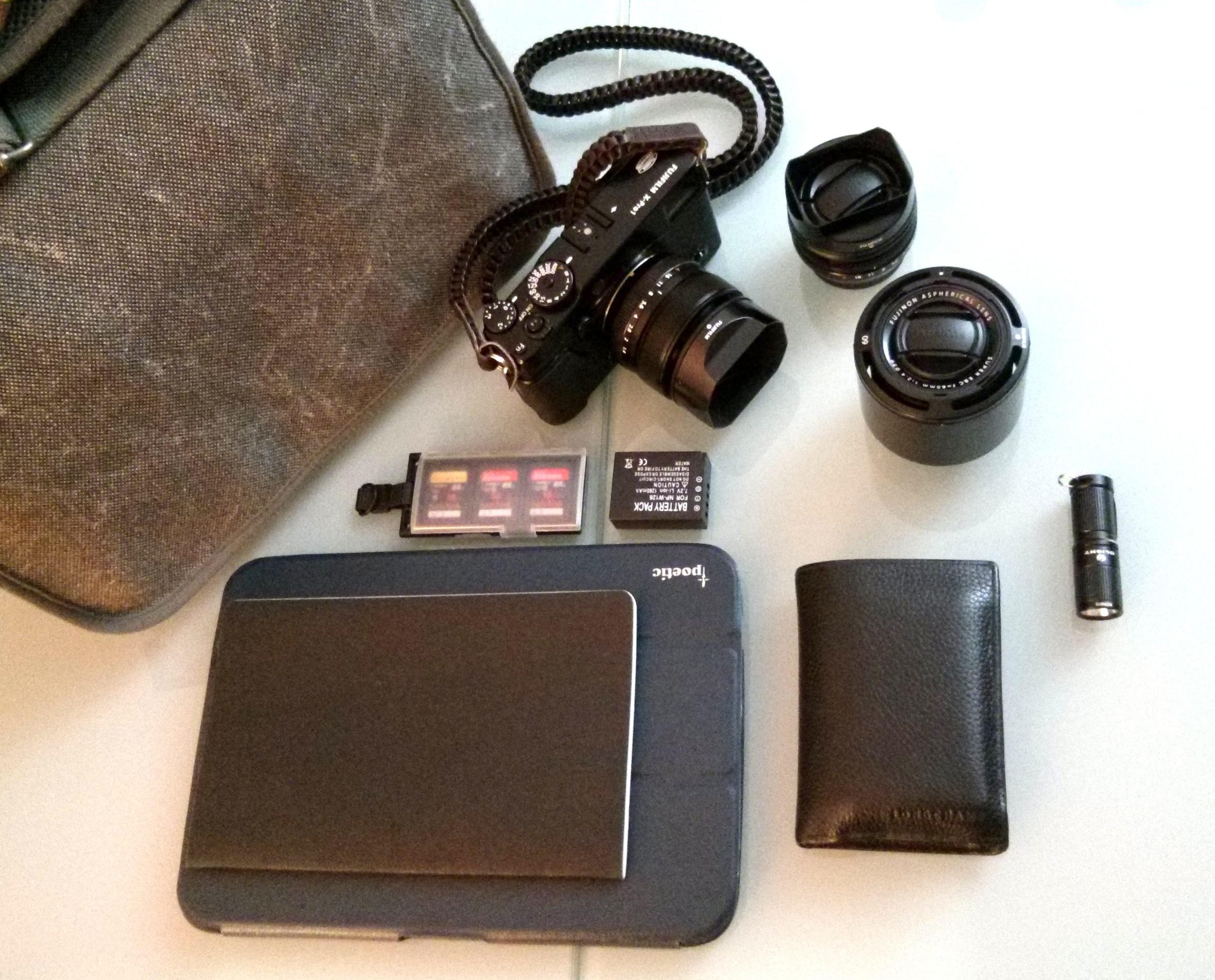 Mon kit pour la photo urbaine: Fuji X-Pro 1 + 3 optiques, tablette Nexus 10, lampe led, portefeuille, cartes mémoires et batterie