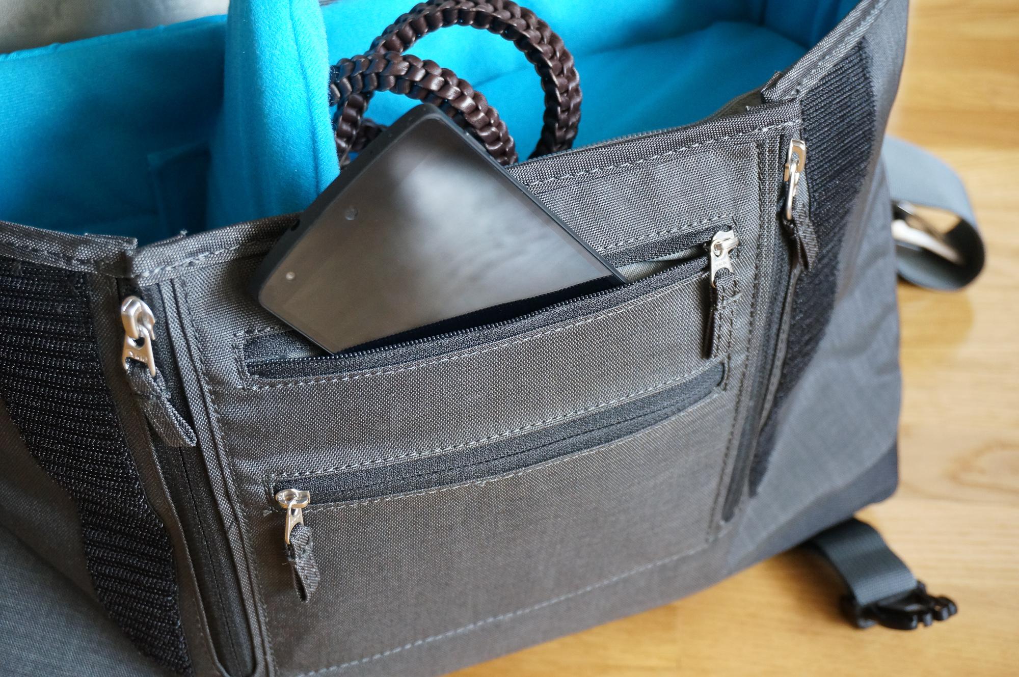 """Les poches avant sont très limitées. Un smartphone """"standard"""" Nexus 5 n'y rentre pas!"""