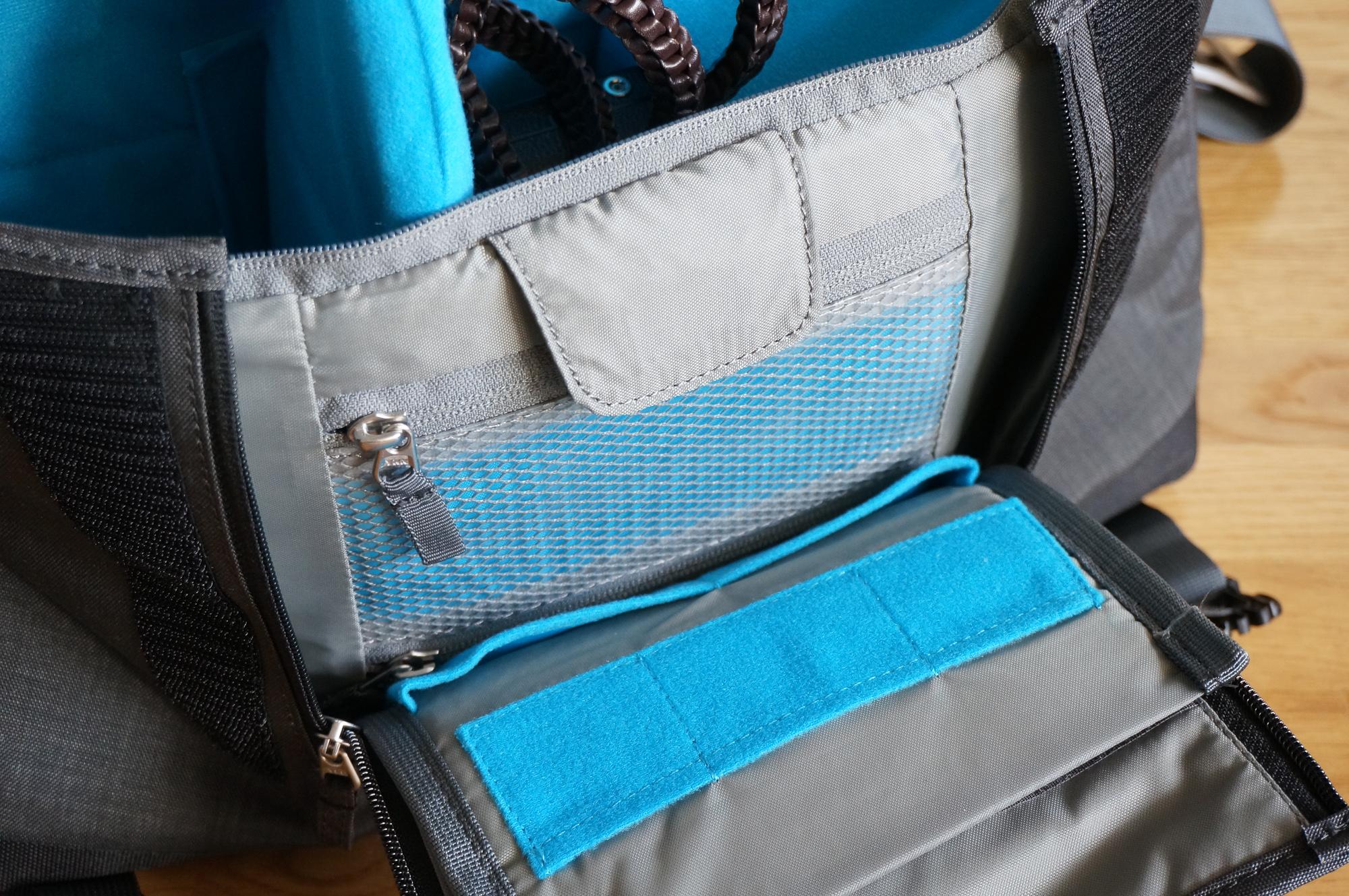 Le rabat s'ouvre pour laisser apparaître de - petites - poches pour les accessoires photo