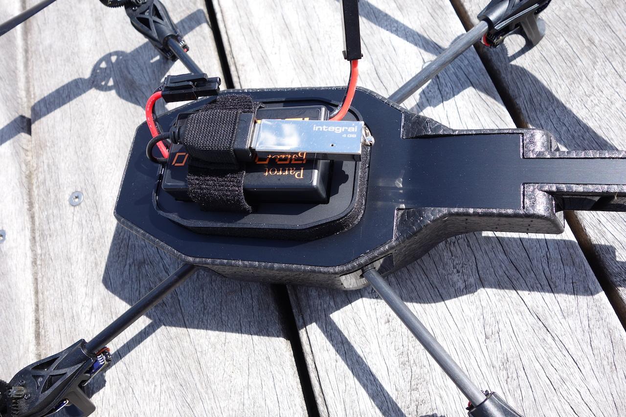 AR Drone avec batterie et clé USB.