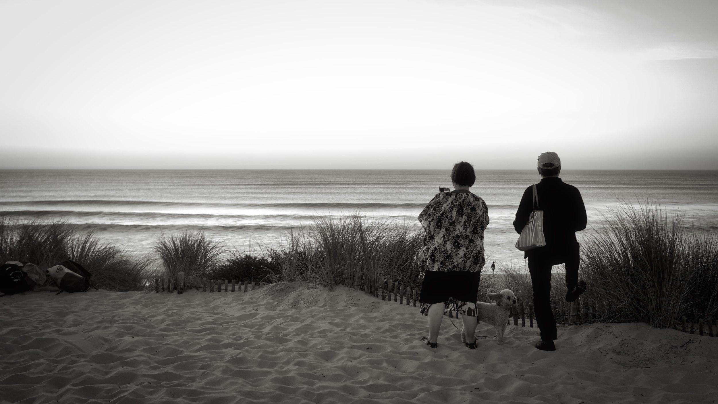 Couple et leur chien…Attitude! // Plage de l'Horizon au Cap-Ferret (France) Zeiss 55mm ©Thierry Lothon 2014