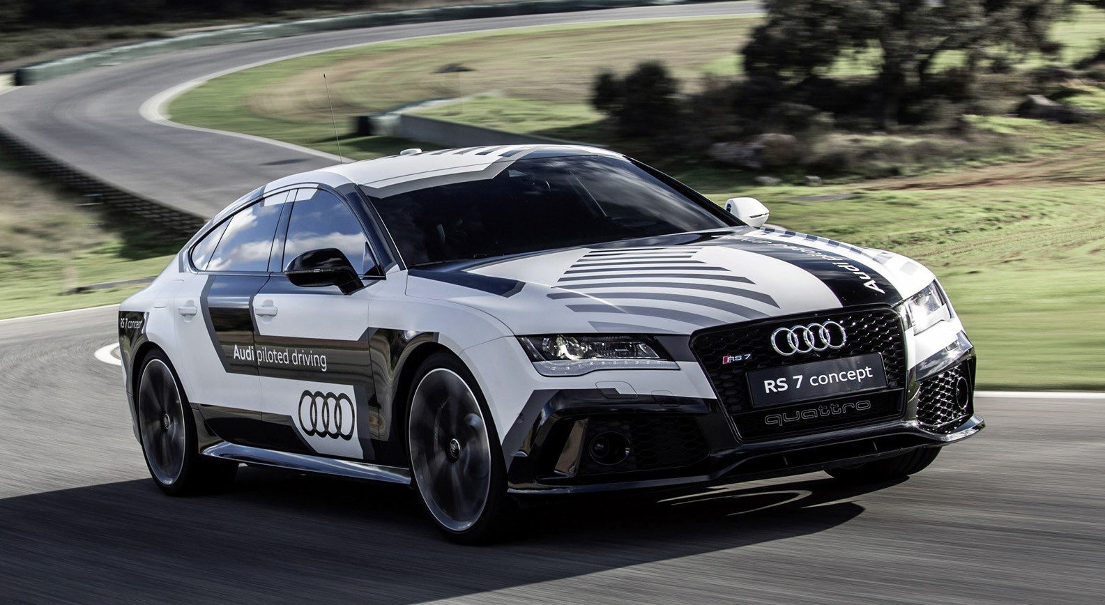 """Un prototype autonome basé sur l'Audi RS7, une berline ultra performante. La voiture est capable en autonomiede descendre à seulement quelques secondes du temps réalisé par un pilote confirmé sur circuit, il faut néanmoins conduire la voiture """"manuellement"""" afin que la voiture puisse """"apprendre"""" le parcourt."""