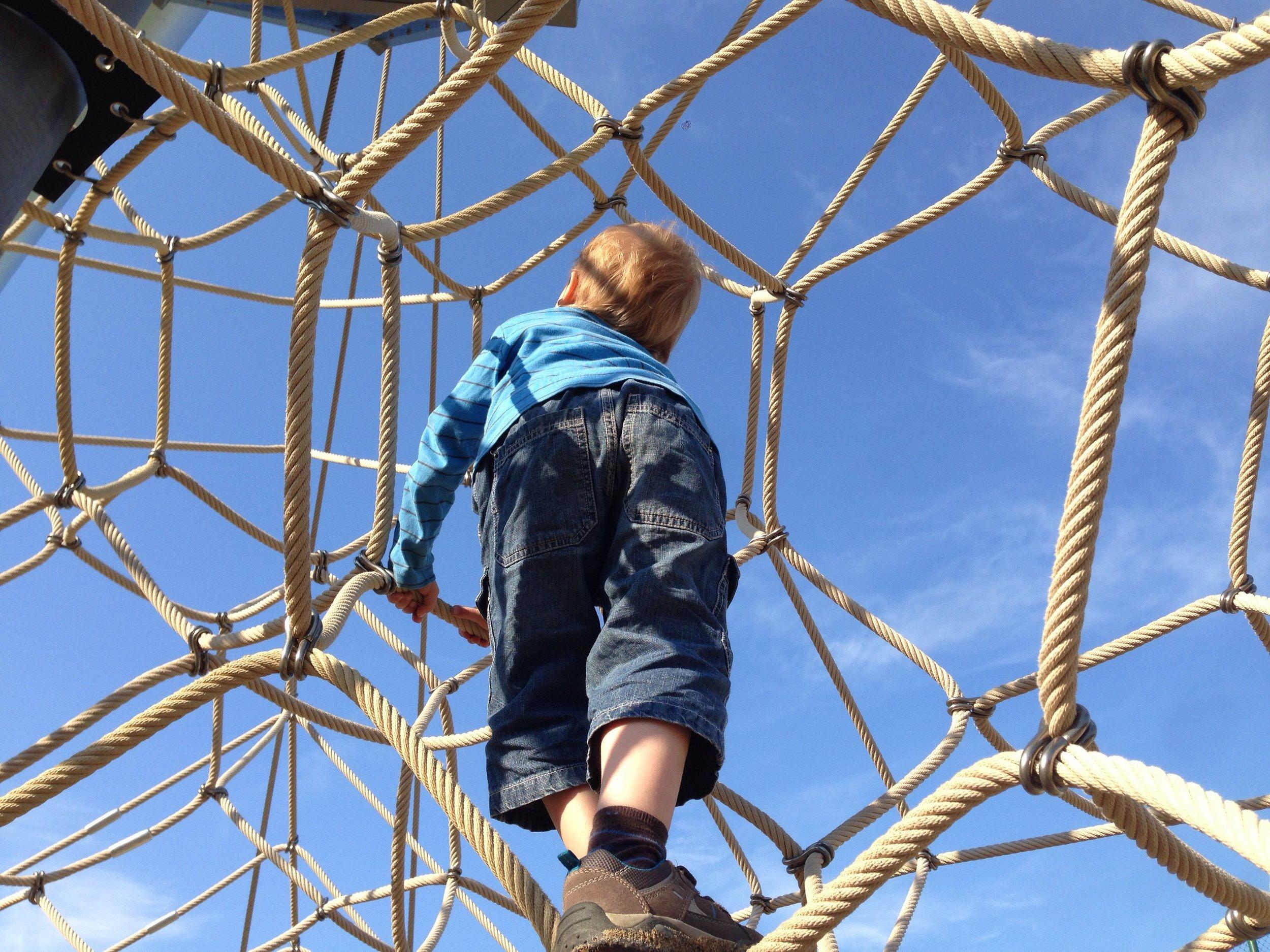 junge auf klettergerst