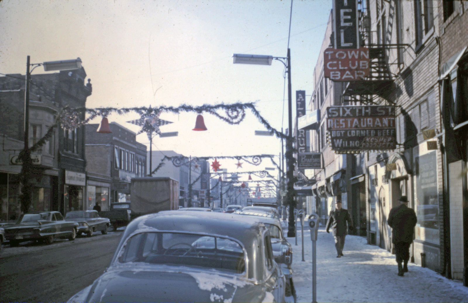 Holiday shopping in Downtown Racine, 1962. Image credit www.RacineCounty.net  click here.