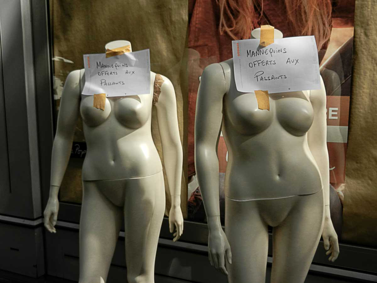 Mannequins Offerts Aux Passants