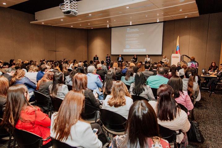 Colombia empieza la carrera por recuperar la competitividad del país en investigación clínica.    Bogotá, mayo 15 de 2019 .- La Cámara de Comercio de Bogotá a través de sus iniciativas cluster Farmacéutico y de Salud, la Asociación de Laboratorios Farmacéuticos de Investigación y Desarrollo (Afidro), Procolombia e Invest Bogotá, realizaron el foro  'Investigación clínica, una oportunidad de desarrollo para el país',  en el cual se dieron cita el Ministerio de Comercio, Ministerio de Salud, Invima, Avanzar, IPSs y asociaciones de pacientes, en un debate en el que se plantearon diferentes posturas, retos y oportunidades para retomar la competitividad en el área de la investigación clínica del país.