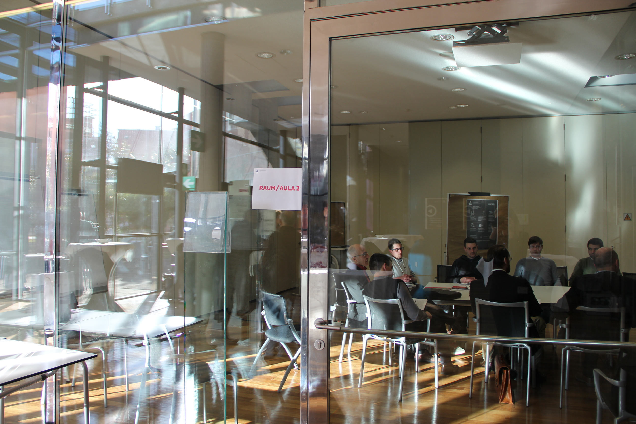 In Kleingruppen diskutieren die Teilnehmer zu verschiedenen Themen.