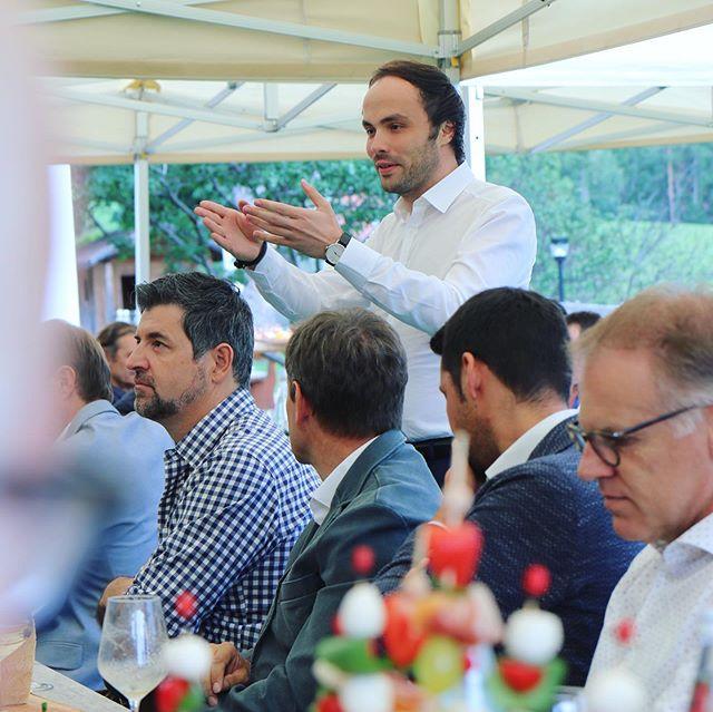 """Eine äußerst spannende Diskussion auf dem Moarhof in Villnöss. 🔝 Die Eisacktaler SVP-Wirtschaft hat zum alljährlichen politischen Sommergespräch """"Wirtschaft auf der Alm"""" geladen. . . #svp #wirtschaft #suedtirol"""