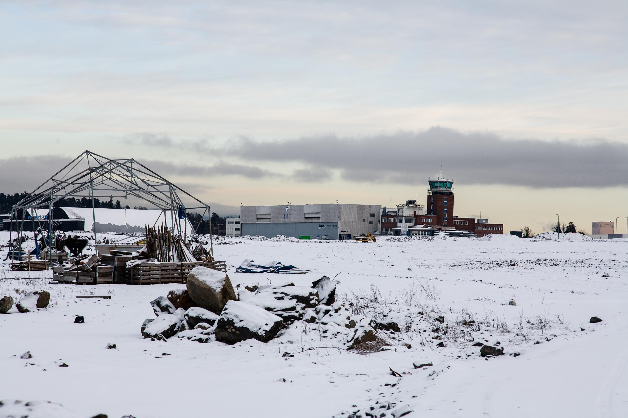 Prosjekt som dokumenterer den nedlagte flyplassen før utbyggningen av området.Utstilt i Hundsund Grendesenter i 2008   Fornebu flyplass 2007