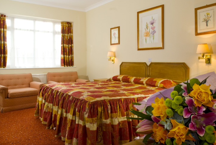 Chiswick Palace: 6 minute drive from Westpoint.  Chiswick Palace will offer you reasonable rates & dining options.