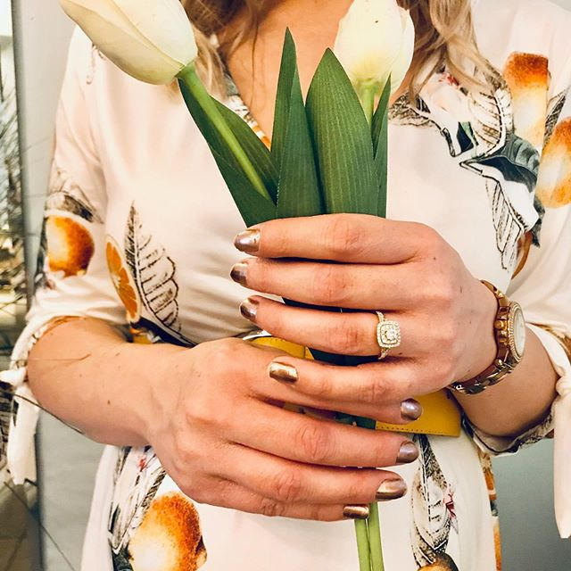 Newly engaged? We'll work with you one-on-one to design your ideal #weddingcake 🍰 . . #cakedesigner #torontoweddings #livingartfully #newlyweds #engagementring