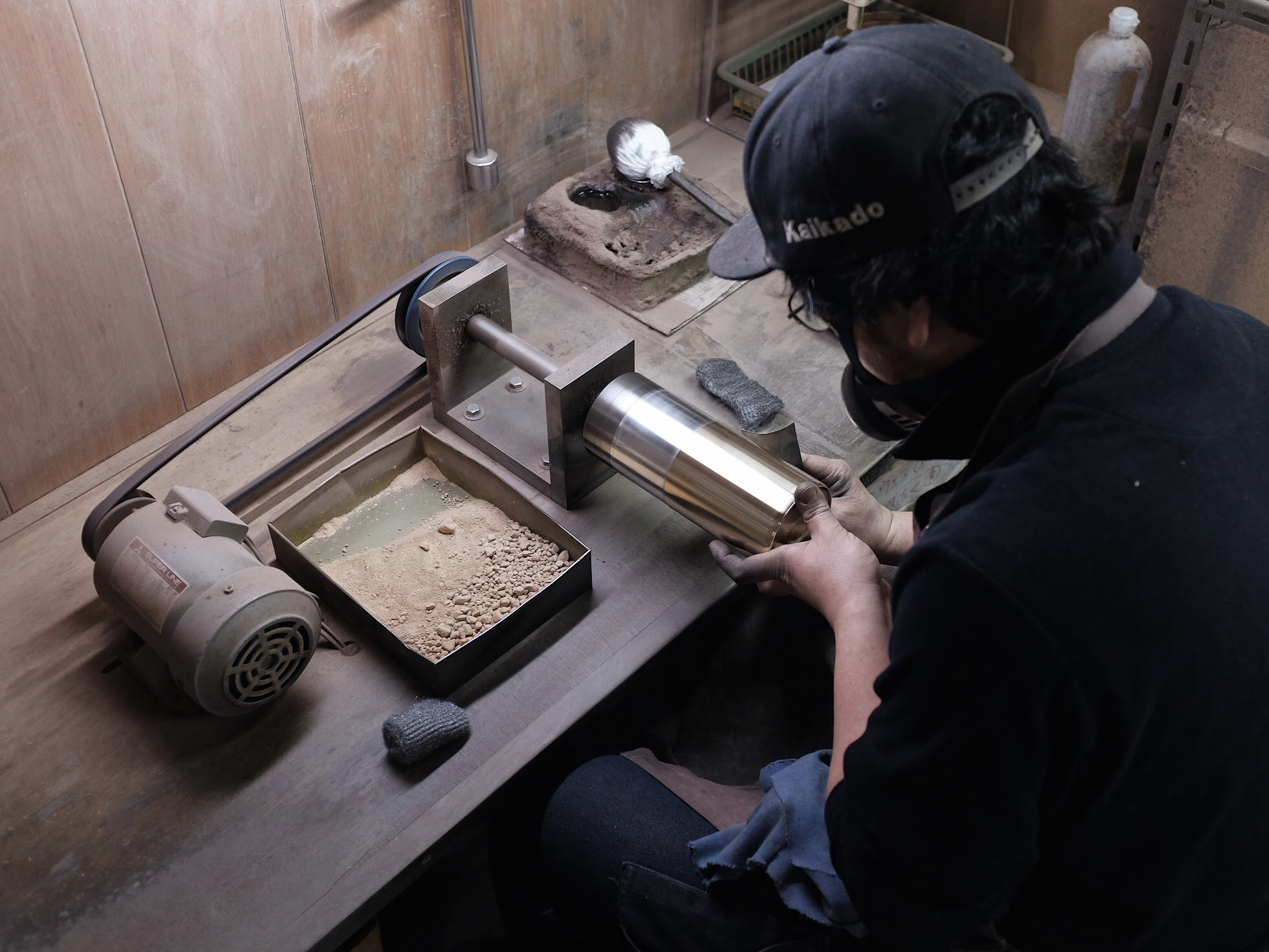 One of the final steps involves polishing the surface of individual tea caddies. The craftsman uses a very fine powder to eliminate the smallest of imperfections. This stage results in an immaculate and reflective finish that allows the forming of an even patina over time.