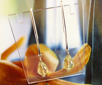 Jummy ear jewelry with golden Lemon Quartz drops.