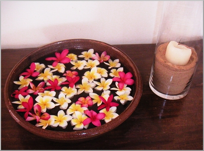 A bowl of fragrant Frangipani blooms is greeting us at the hotel.