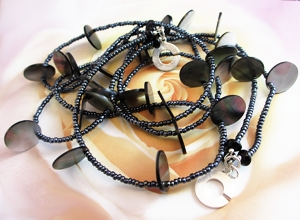 Black shell discs create a sculptural necklace.