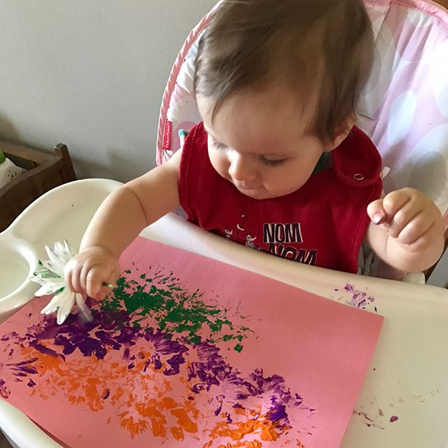 We did a cool craft this past week using some old flowers and some paint! It turned out to be a cute and fun activity that Eleanor loved! 🌼