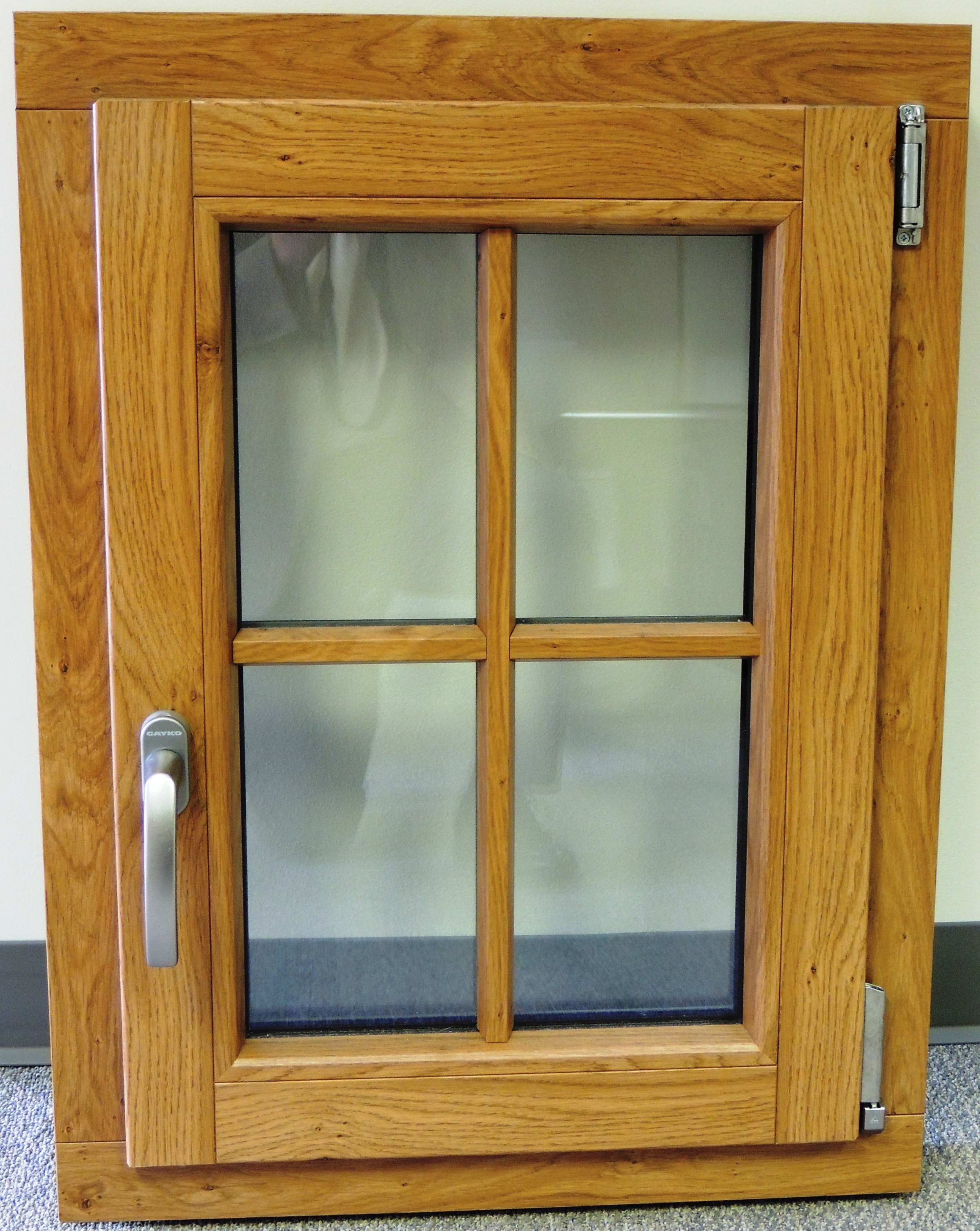 Vinyl window with wood grain lamination and 90 degree miter