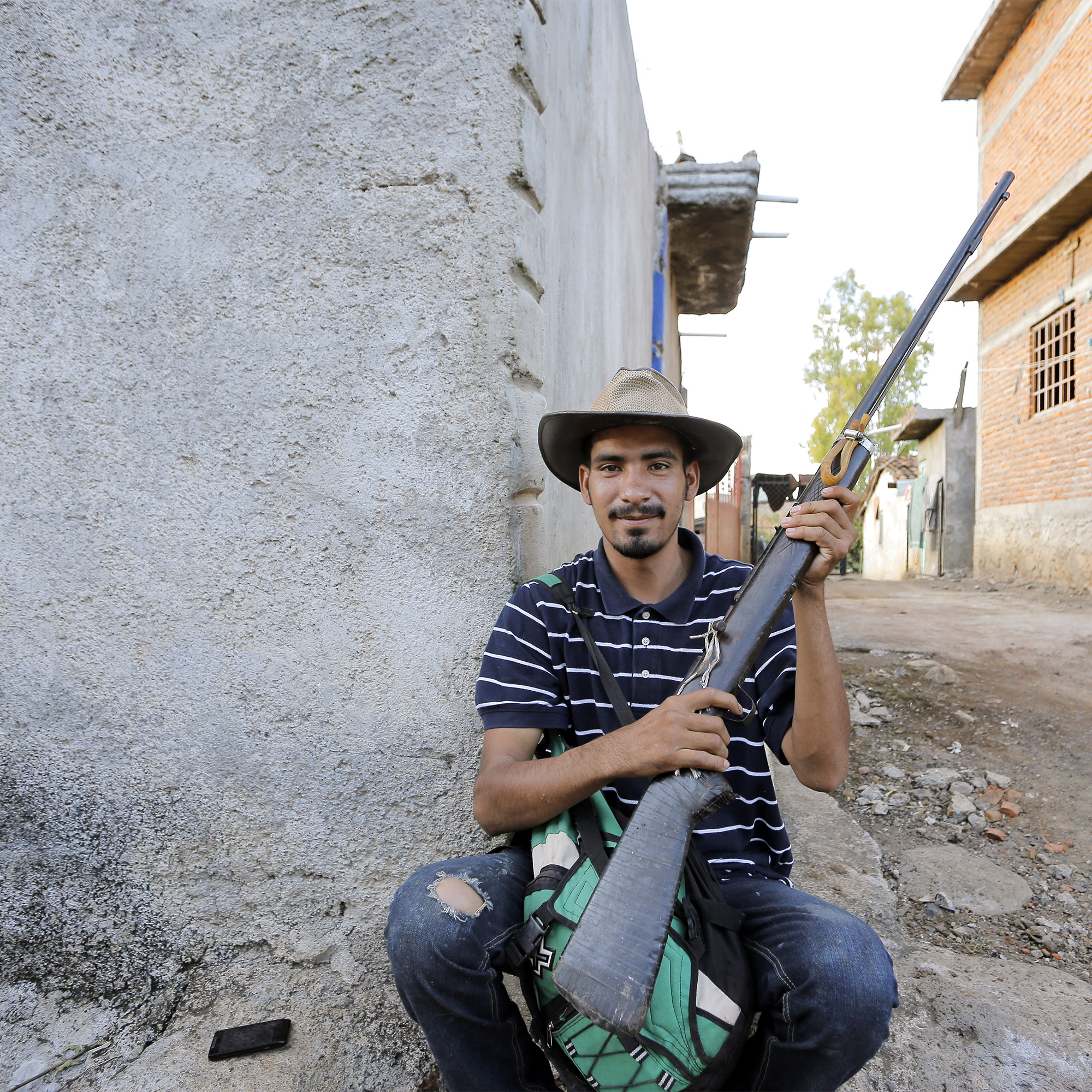 las estacas gun with boy.jpg