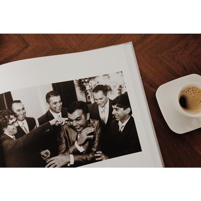 Quando os noivos escolhem as fotos que a gente mais gosta!! 💛 #fotografia #casamento #wedding #album #weddingbook # indimagem #casalume #curitiba #noivo #alegria #felicidade #hapiness #noivos #padrinhos #cafezinho #coffee