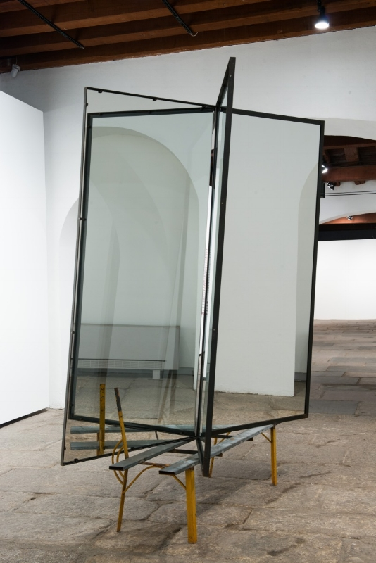 S/ Título | 2015 | Aço, vidro e espelho | 270x178x100 cm