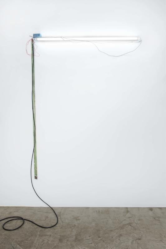 90º, possivelmente...(Rio) | 2014 | Objeto de metal, luz fluorescente e cabos elétricos | 10,5 x 1,30 x 6,5 cm