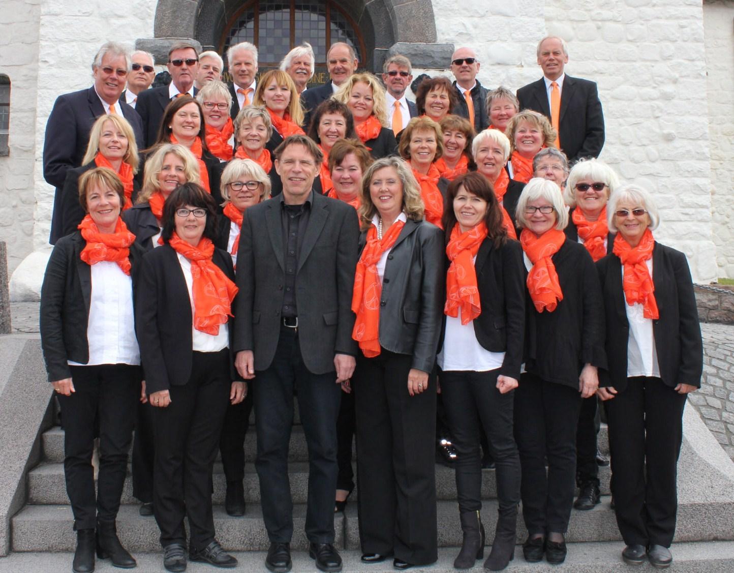Sandefjord Blandede Kors deltagere, på kirketrappa i Rønne.
