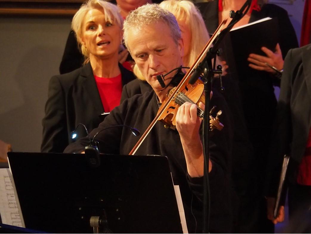 Julian Saxl tryllet fram de vakreste toner med sitt nydelige fiolin-spill