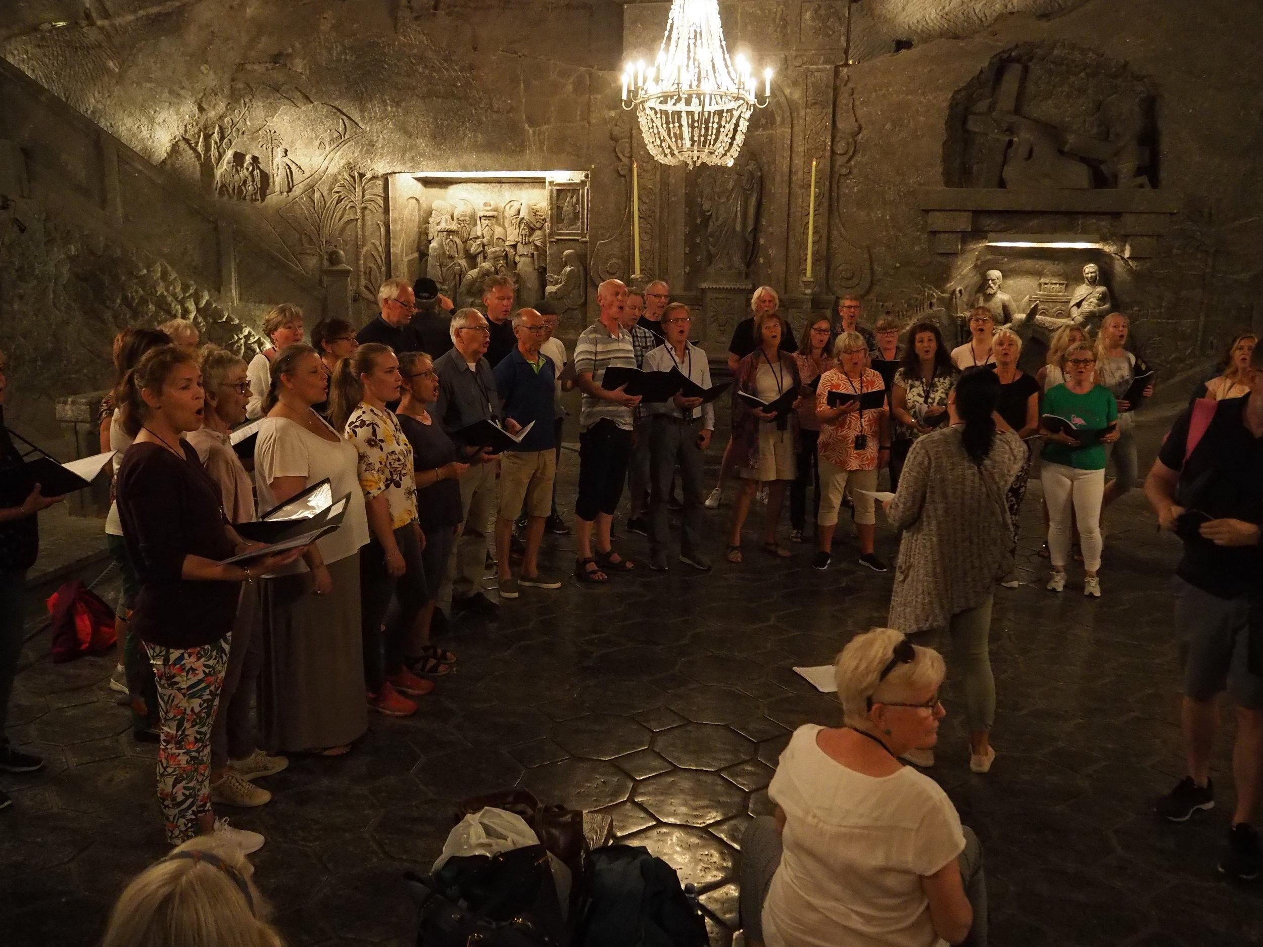 I saltgruvene: Aldri før har koret framført sanger på så   lavt nivå   - 130 meter under bakken :-)