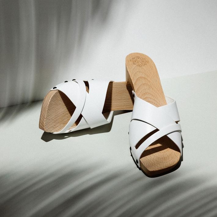 TOKUSHUU   Les bernoises de Tokushuu ont remis les zoccolis à l'ordre du jour. En plus d'être magnifiques, ils sont super confortables et ergonomiques. Les semelles en bois sont fabriquées en Italie. Le cuir est découpé et assemblé à Münchenbuchsee. Les chaussures sont montées à Berne.