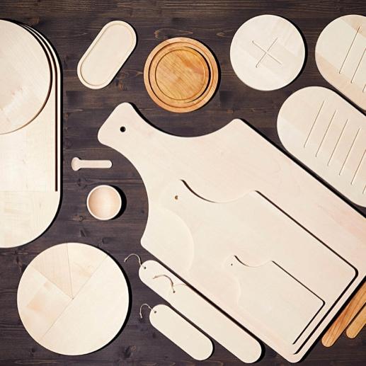 ATELIERS CHALAMALA   Cette collection de pièces en bois a été imaginée et dessinée par la designer Sibylle Stoeckli. Une série d'objets revisités, appartenant au terroir et au fou du Comte de Gruyère. Toutes les pièces sont fabriquée dans un atelier protégé de la région de Bulle.