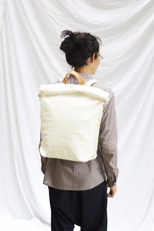 QWSTION   La marque de sacs zürichoise développe depuis 2008 des modèles ciblés sur la mobilité, la flexibilité et la durabilité. Chaque produit offre de multiples options de transport. Il en résulte des produits hybrides, qui refusent la catégorisation habituelle, entre la haute couture et l'aspect pratique.