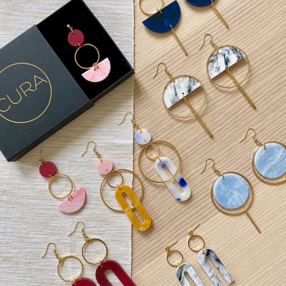 CURA  est un label de bijoux fabriqués à Lausanne à partir de bouteilles et bouchons en plastique HDPE. Le plastique est fondu, recomposé en plaques puis redécoupé ce qui fait que chaque pièce est unique ♡ Réduire, réutiliser et recycler - Cura a la même philosophie que vos dévouées au Labo.