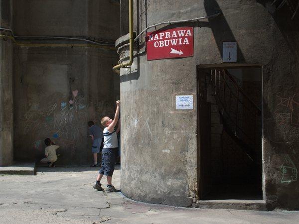Sharon Lockhart, Podwórka, 2009. © Sharon Lockhart, 2008 Courtesy the artist, neugerriemschneider, Berlin, Gladstone Gallery, New York and Brussels, and Blum & Poe, Los Angeles.