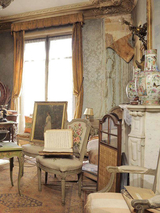 perfectly-preserved-paris-apartment-discovered-after-70-years-with-valuables-and-paintings-2.jpg