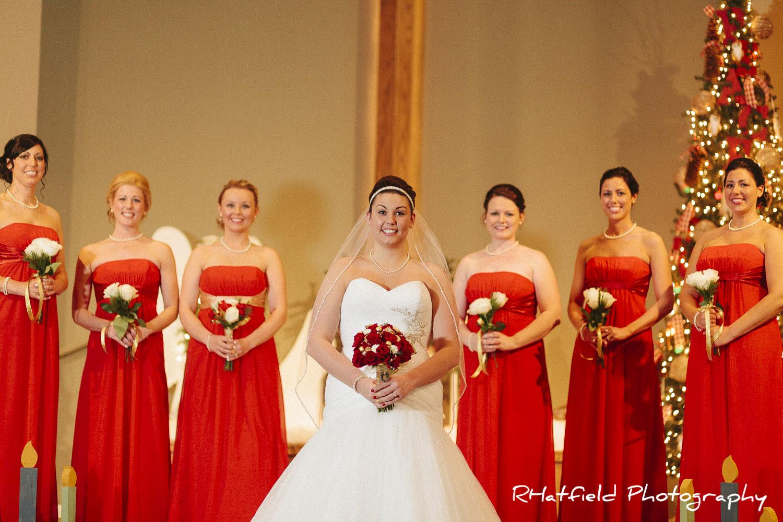 Bridesmaids_group_portrait_chrismas_tree