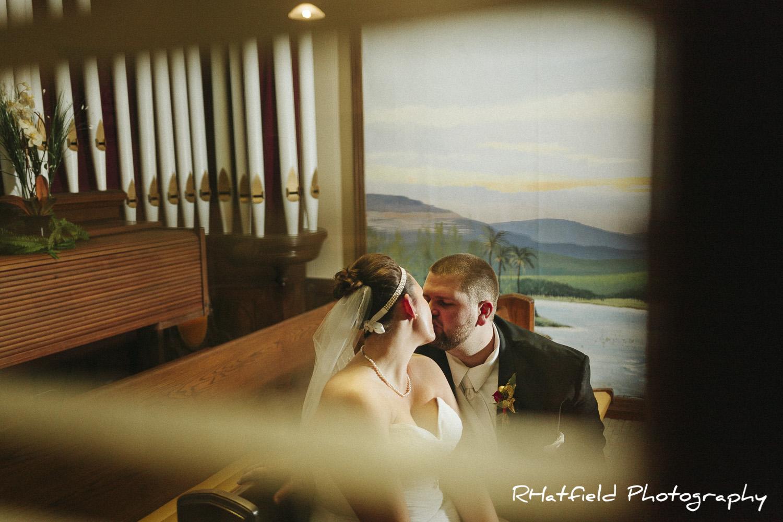 newlywed_portrait_organ_church_pews