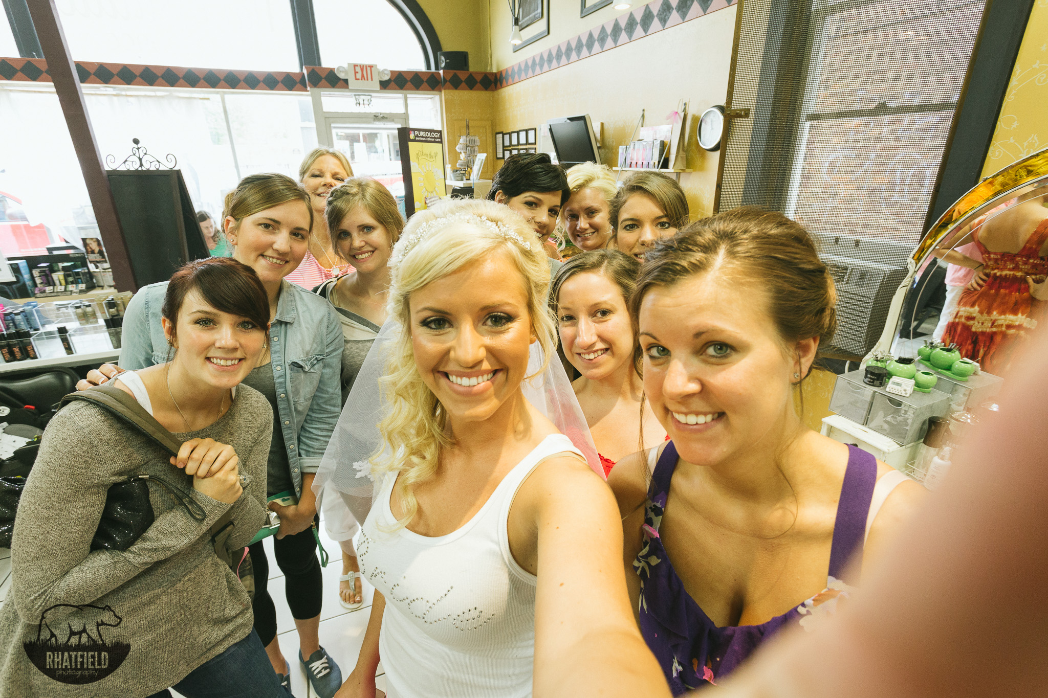 awesome-bridal-party-selfie