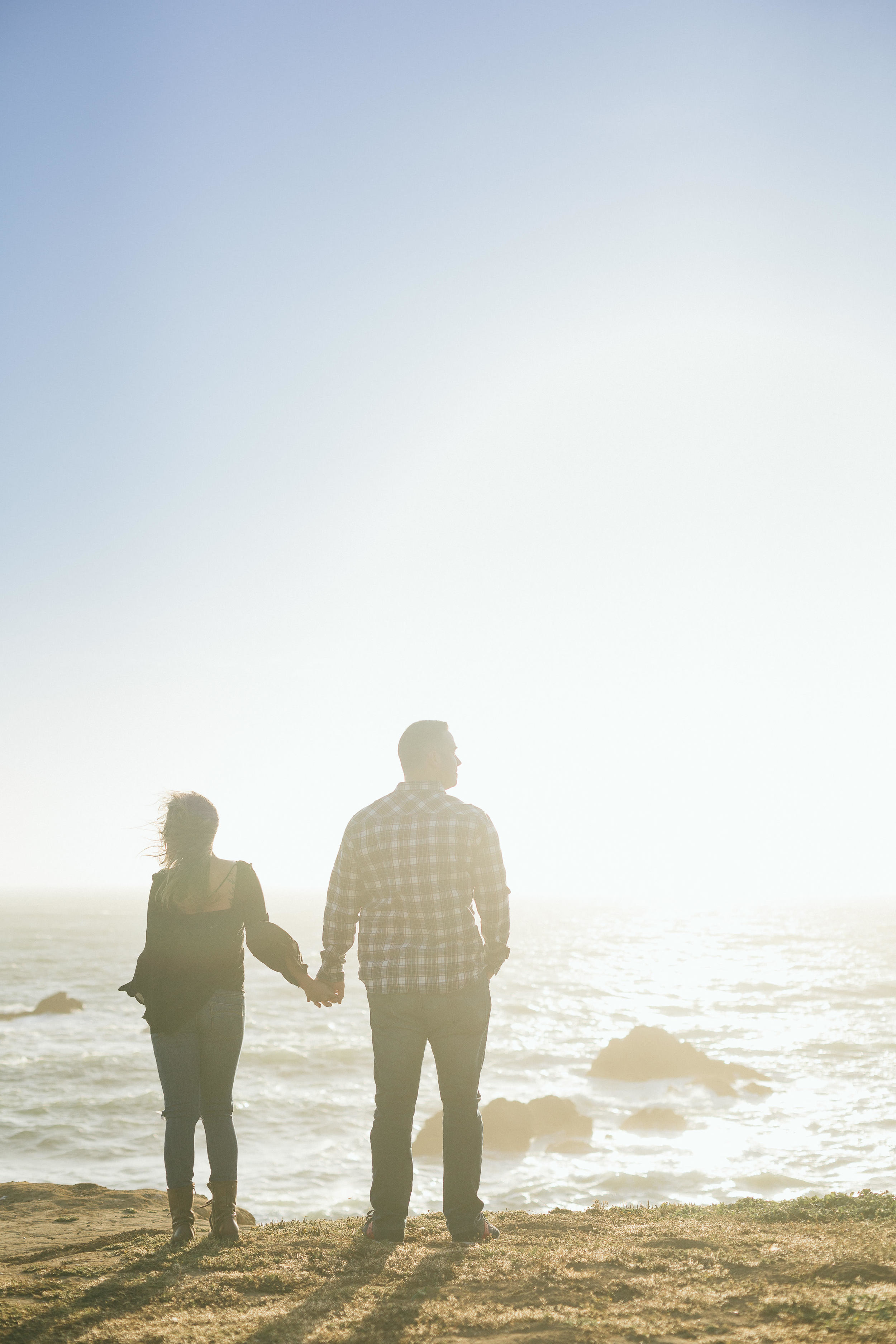 couple-in-front-of-ocean-hands