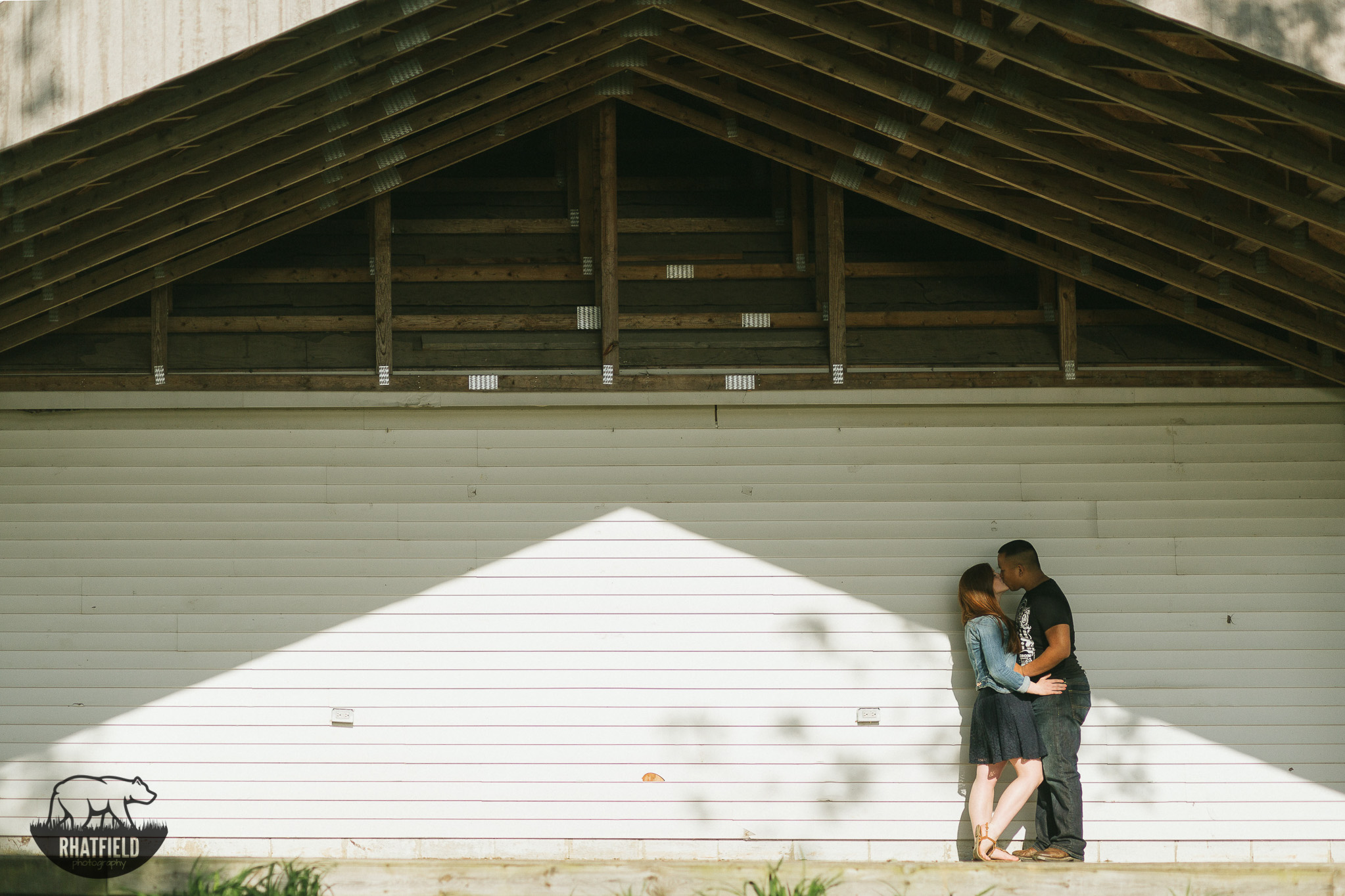 kissing-on-summer-stage-geometric