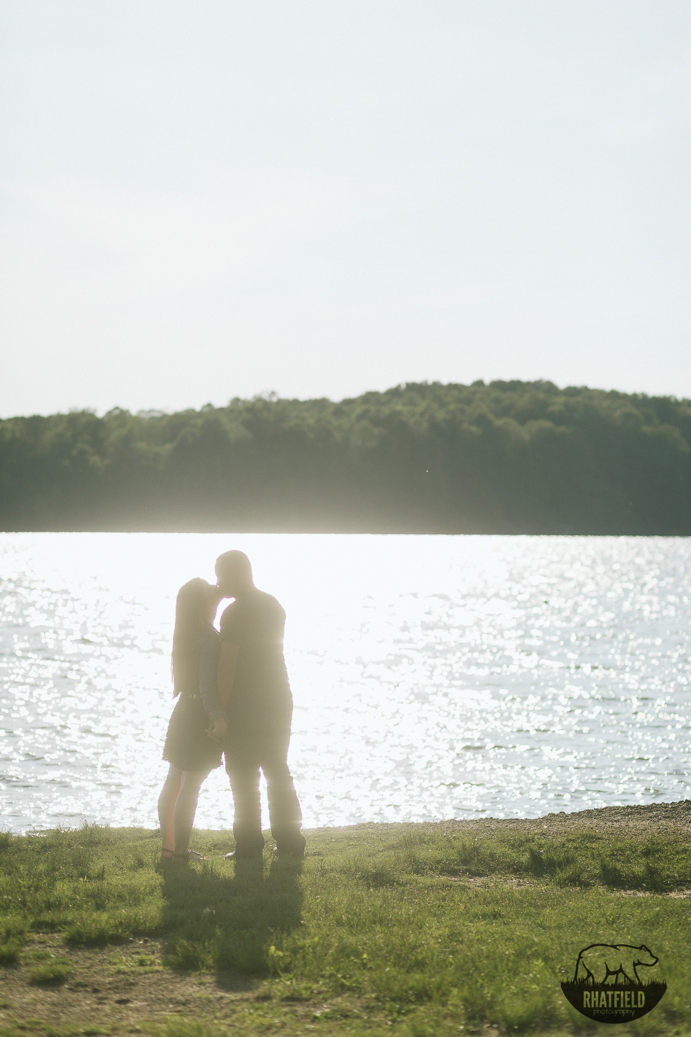 kissing-silhouette-lake