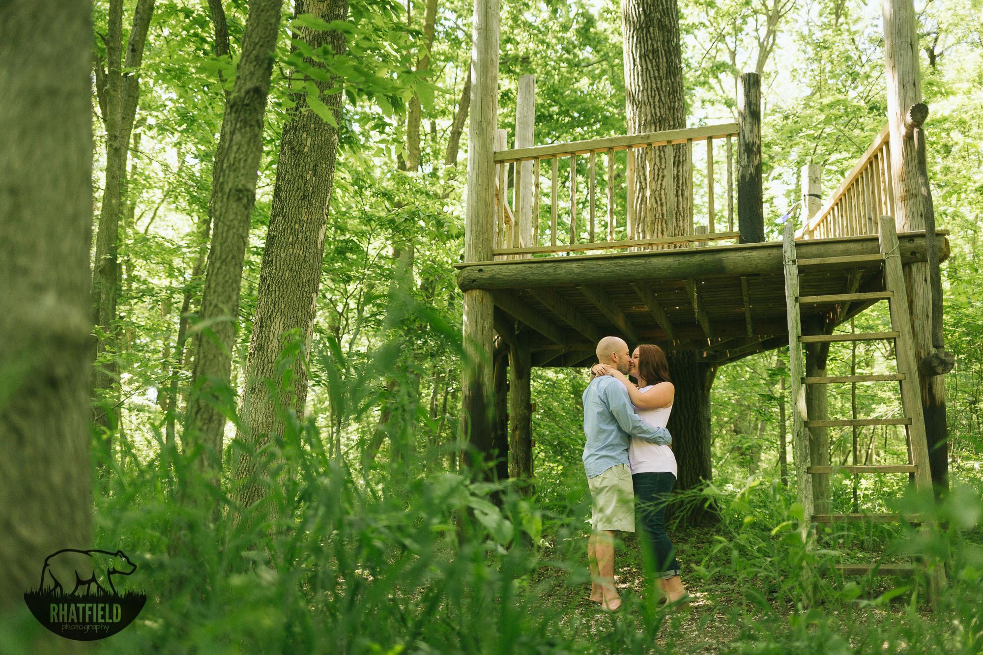 tree-house-kiss-woods