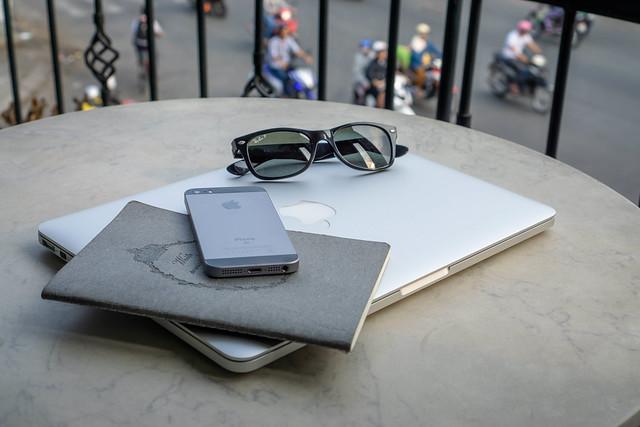 Photo:  Ausrüstung eines Digitalen Nomaden mit Notebook und Smartphone auf Tisch  by  Marco Verch