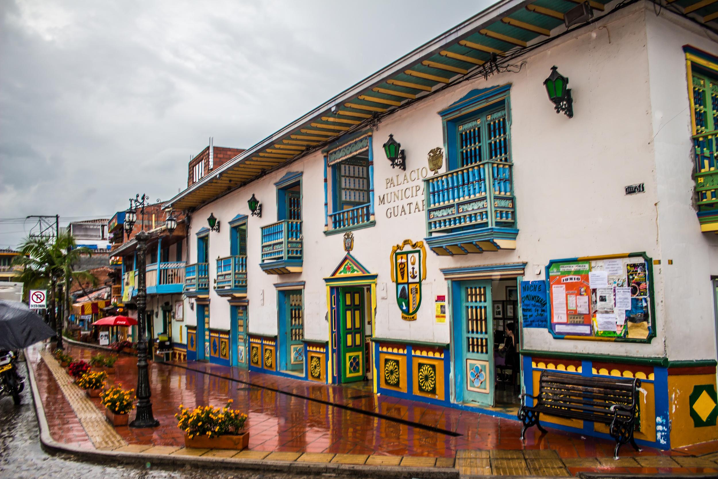 UN DIA LLUVIOSO EN GUATAPE, ANTIOQUIA, UN PUEBLITO A 90 MINUTOS DE MEDELLIN