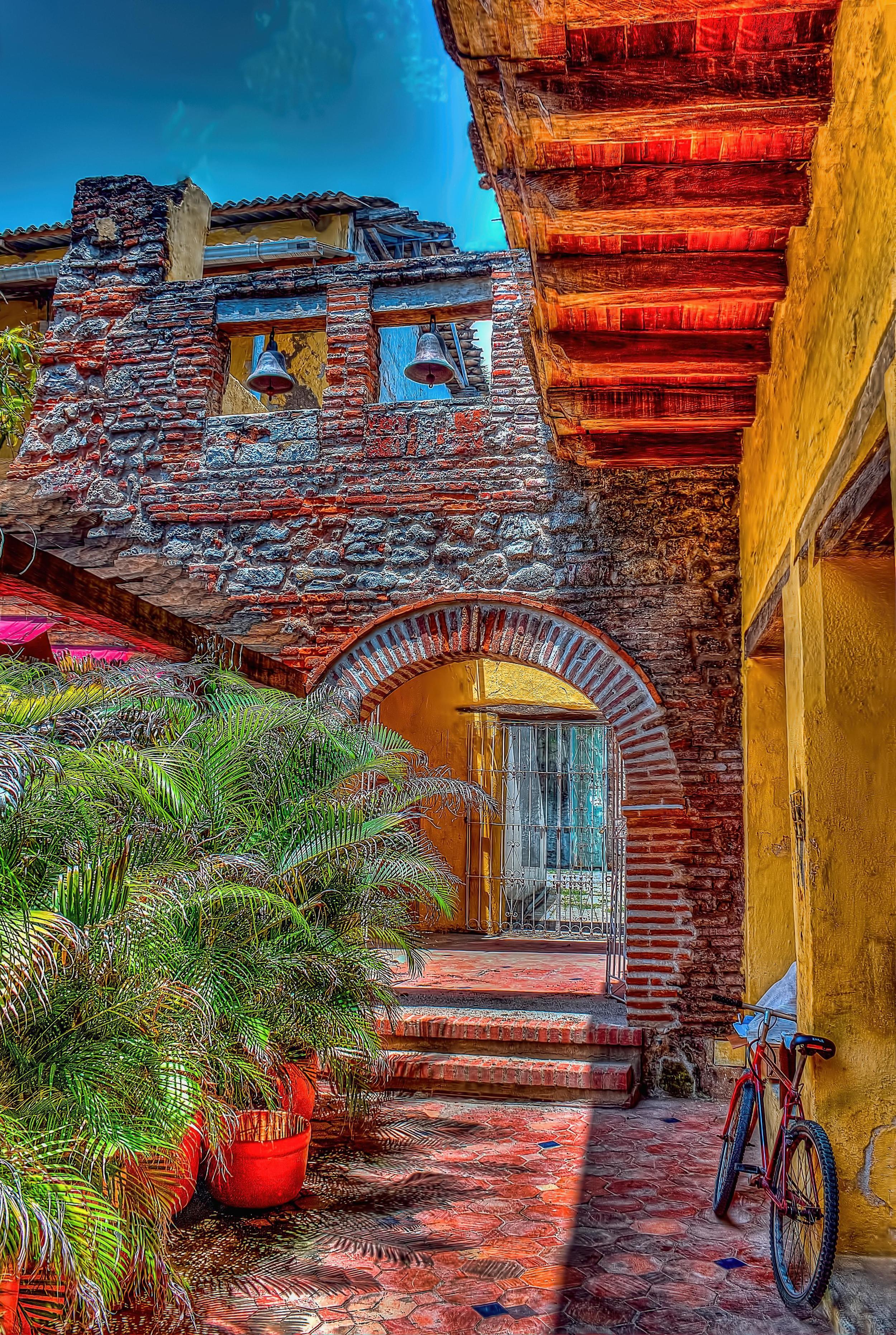 Callejón dentro de una casa vieja en el centro de Cartagena