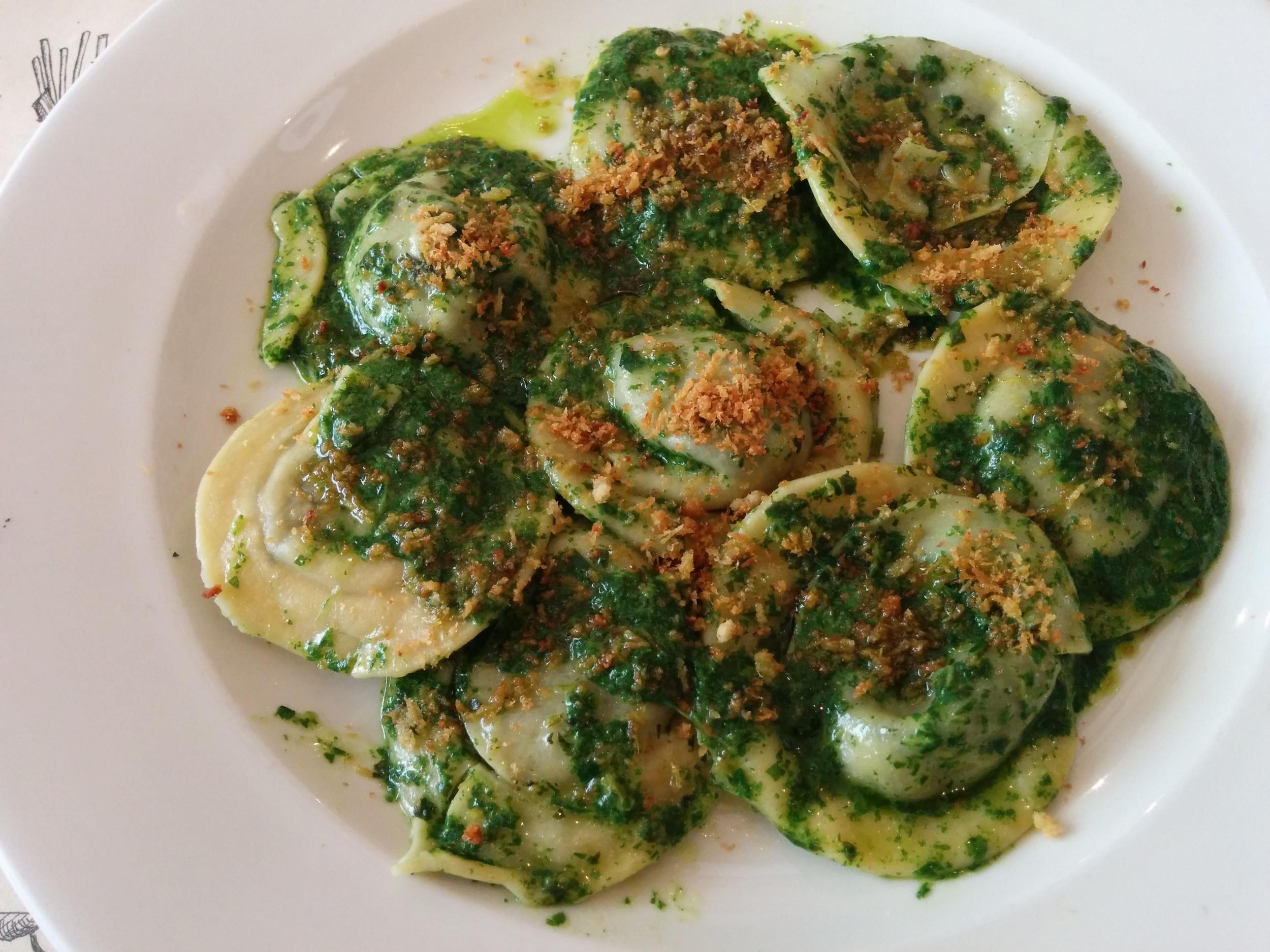 ravioli di magro: aglio, olio, peperoncino, pesto, crumble all'acciuga