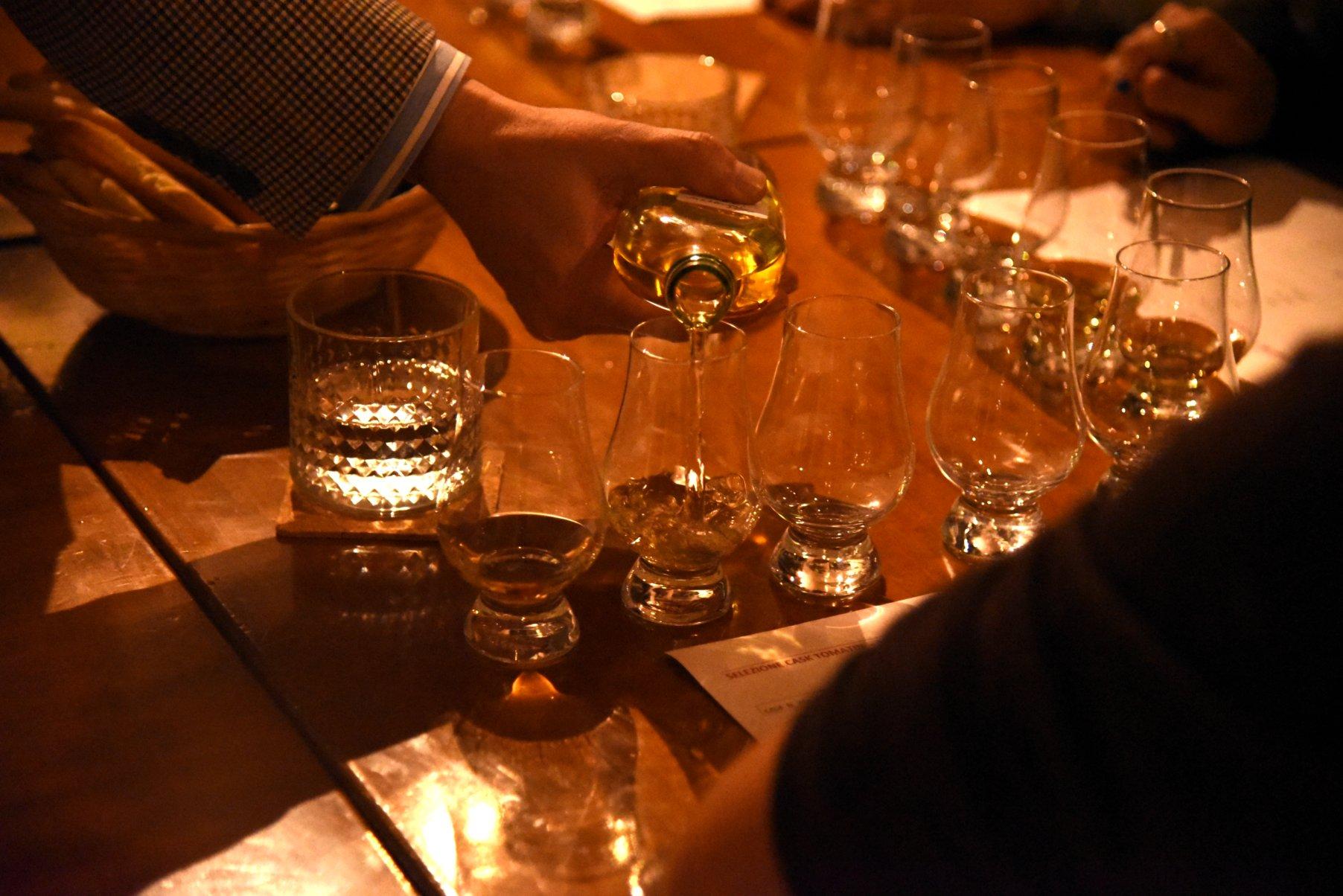 Maurizio mi versa un whisky