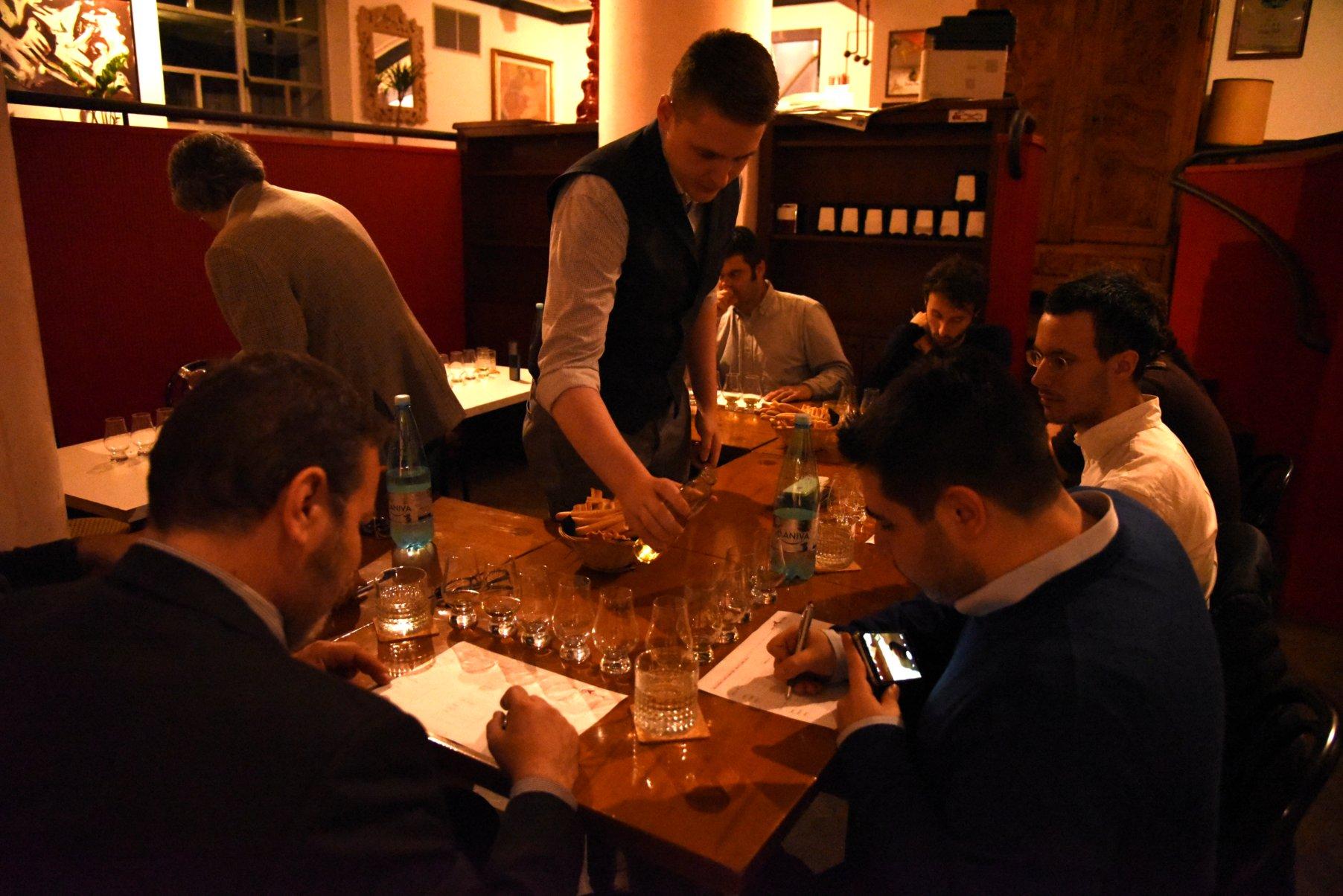 Gli esperti Paolo e Giuseppe votano per il whisky migliore